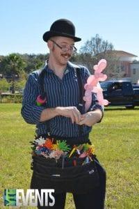 balloon guy with balloon apron twisting a balloon